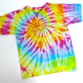 Tee-shirts tie and dye et salon